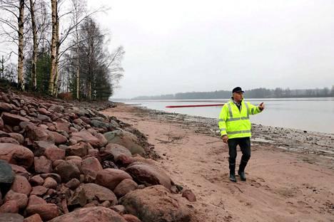 Rannat on kivetetty välppäkivellä, Harjavallan kaupungin teknisen toimialan johtaja Juhani Ramberg kertoo. Joen kunnostus on päättymässä, ja esimerkiksi taustalla näkyvä puomi poistettaneen joesta viikonloppuna.