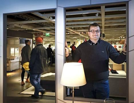 Jouluvalot loistamaan. Ikean Suomen-maajohtaja Timo Hulmi palasi syksyllä Suomeen ulkomaan komennuksilta. Hänen periaatteenaan on, että pyritään hauskuuteen ja vältetään jumiutumista ja urautumista.