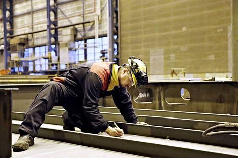 RMC:n telakka Raumalla toimittaa tällä hetkellä lohkoja Turun Meyerin telakalle. Alihankkijan töissä puurtaa Anton Nagornyi. RMC:n tuotanto pohjaakin oman tuotannollisen työvoiman sijasta voimakkaaseen alihankinnan käyttöön.