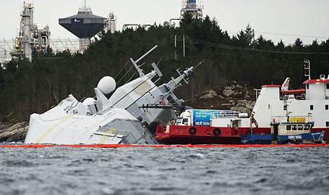 Norjan merivoimien fregatti KNM Helge Ingstad ei varoituksista huolimatta väistänyt säiliöalus Sola TS:ää varhain torstaiaamuna.