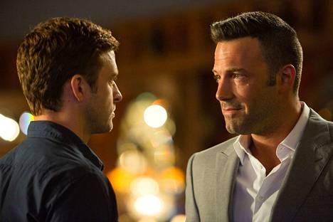 Richie (Justin Timberlake) matkustaa Costa Ricaan tavatakseen häntä huijanneen nettipokerifirman omistajan Ivan Blockin (Ben Affleck), joka ottaakin hänet töihin.