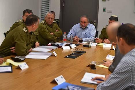 Israelin puolustusministeri Avigdor Lieberman (kesk.) pohti yhdessä tiedusteluviranomaisten ja sotilaspoliisien kanssa Gazan tilannetta Tel Avivissa maanantaina.