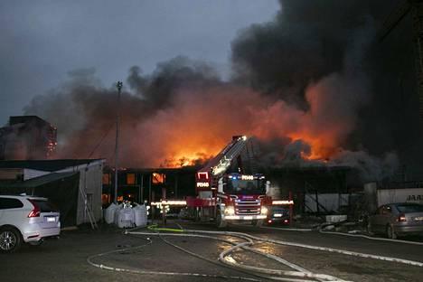 Tulipalo syttyi seitsemän aikaan maanantaiaamuna ja tuhosi elementtitehtaan täysin.