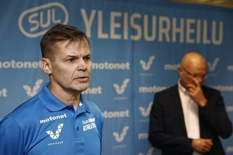 Kari Niemi-Nikkola (edessä) on Urheiluliiton uusi valmennusjohtaja. Liiton puheenjohtaja Vesa Harmaakorpi kertoi valinnasta tiedotustilaisuudessa.
