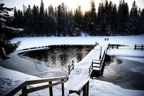 Lumi heijastaa säteilyä, jolloin valoa saadaan enemmän. Kuvassa Tampereen Hervanta helmikuussa 2018.