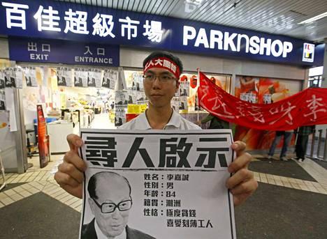 Opiskelija-aktivisti osoitti mieltään lakkoilevien telakkatyöläisten puolesta Hongkongissa huhtikuussa 2013. Muualla Kiinassa viranomaiset panevat opiskelija-aktivistit kuriin kovalla kädellä.