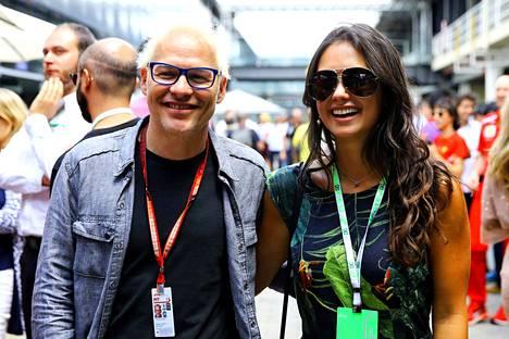 Jacques Villeneuve (vas.) kertoi näkemyksensä Esteban Oconista. Lajilegenda viihtyi Brasilian gp:n varikolla brasilialaisvaimonsa Camilla Lopezin kanssa.