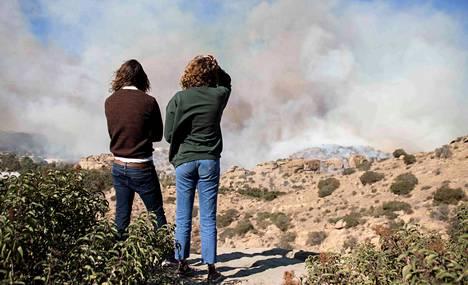 Simi Valley, Kalifornia. Naiset katselevat palojen sammutustöitä.