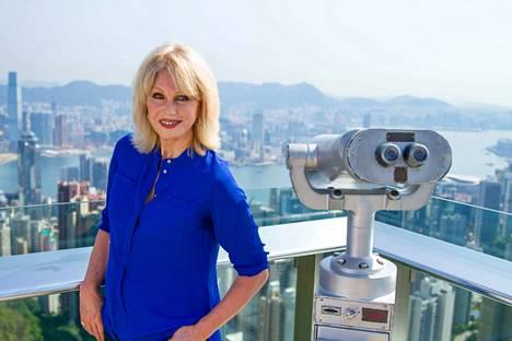 Todella upeeta -tähti Joanna Lumley matkaa maailman pisintä junareittiä idästä länteen. Matkaan lähdetään Hongkongista. Ensimmäinen etappi on Peking ja Kiina, joka on valtavan muutoksen kourissa.