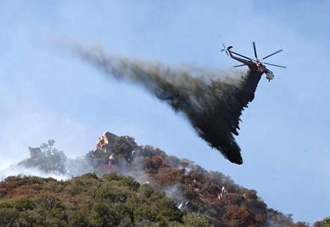 Helikopteri pudotti sammutusvettä maastopalon päälle lähellä Pepperdinen yliopistoa Malibussa Kaliforniassa maanantaina.