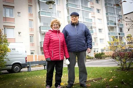 Leena ja Antero Kasvi tekevät joka aamu tunnin kävelylenkin. Positiivisuus on heidän voimavaransa, joka kantaa pitkälle.
