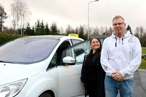 Virpi ja Petteri Siitonen aloittivat taksiliikennöinnin loppukesällä. He kertovat päivystävänsä joka päivä vuorokauden ympäri.