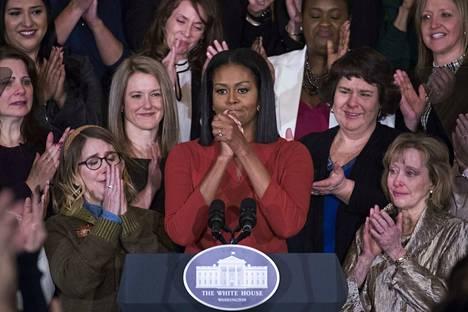 Michelle Obama sai kuulijansa kyyneliin pitäessään puhetta tammikuussa 2017. Nyt ilmestyneissä muistelmissaan hän arvostelee tiukasti presidentti Donald Trumpia.