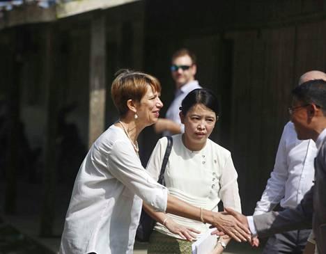 Christine Schraner Burgener (vas.), YK:n Burma-erityislähettiläs, vieraili lokakuun puolivälissä Burmassa Kel Pyin leirillä, jossa on muslimipakolaisia.