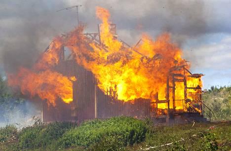 Pirkkalan vpk poltti Vähä-Vaitin teollisuusalueella sijainneen asuinrakennuksen viime kesänä. Samalla harjoiteltiin sammutustöitä.