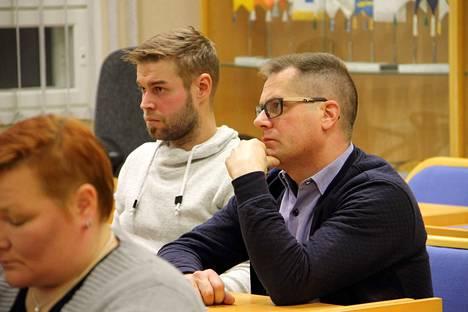 Janne Paloviita (kesk.) ja Juha Kurumaa (kesk. sit.) äänestivät veroprosentin korottamisen puolesta.
