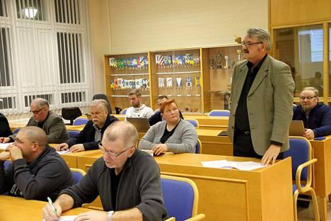 Honkajoen kunnanvaltuusto ei halunnut korottaa yleistä kiinteistöveroprosenttia. Puheenvuoroa pitämässä Pauli Saarinen (ps.).