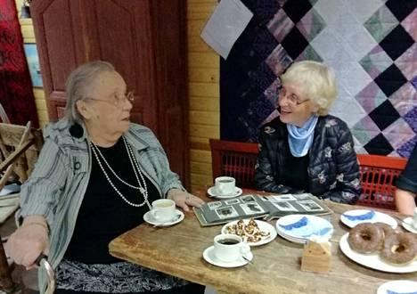 Maailman vanhin elossa oleva olympiavoittaja Lydia Wideman-Lehtonen ja kotiseutuneuvos Raija Auvinen kahvittelivat Vilppulan perinnehuoneessa syyskuussa.
