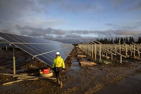 Lempäälän aurinkopaneelikentistä on tulossa 13 000 paneelillaan Suomen toiseksi suurin aurinkopaneelikohde. Nurmon Auringon aurinkosähköpuistossa on 24 000 aurinkopaneelia.