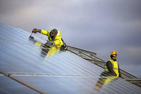 Bulgarialaisen Profil-I-yrityksen asentajat Botyo Paskalev (vas.) ja Neven Lavchiev asentavat aurinkopaneeleja Kiwatti oy:n 3,5 hehtaarin kentällä Lempäälän Marjamäessä. Sähkötyöt alkavat marras-joulukuussa ja aurinkopaneelikenttä valmistuu kesän 2019 alussa.