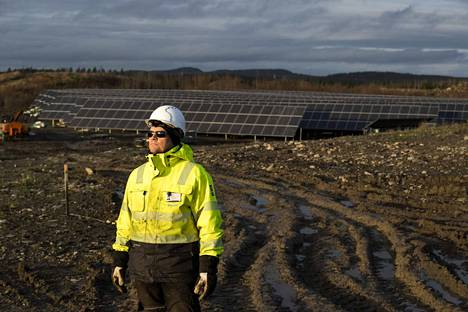 Kiwatti oy:n projektijohtajan Pasi Vuorion takana olevan Marjamäen alemman aurinkopaneelikentän asennustyöt ovat jo valmistuneet. Ylemmän kentän paneeleja vielä asennetaan.