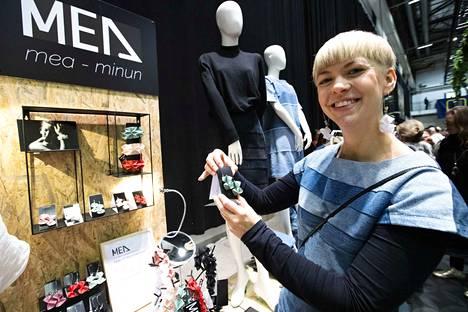 Muotoilija Elina Korri valmistaa vanhoista farkuista uusia vaatteita. Polyesteri taipuu hänen käsissään koruiksi. Materiaalia farkkuvaatteisiin hän saa muun muassa Nextiilistä Tampereella.