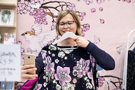 Johanna Tilukselle käsityöt ovat keino rentoutua. Hän mallasi Nuppu Printi Companyn osastolla, olisiko vaaleanpunainen kukkakuosi sopiva. Painokankaat ovat tänä vuonna messujen yksi suosituimmista tuotteista.