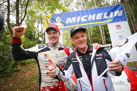 Merkkimestaruuden voitollaan varmistanut Jari-Matti Latvala (vas.) ja tallipäällikkö Tommi Mäkinen ottivat ilon irti Australiassa.