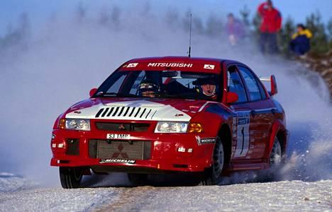 Tommi Mäkisestä (oik.) on turha puhua mainitsematta Mitsubishi Lanceria, jolla suomalainen voitti maailmanmestaruutensa. Tallipäällikkönä merkkimestaruus irtosi suomalaistaustaisella Toyota Yariksella.