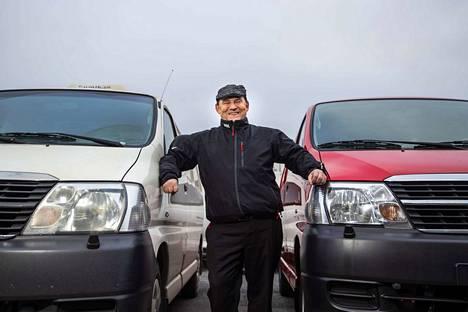 Kyösti Grönfors on tyytyväinen Hiace-mies. Mies ja auto ovat nähneet yhdessä laajalti kotimaata. Valkoinen vaihtui nyt punaiseen.