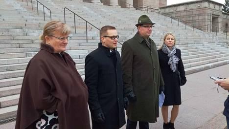Pirkko Mattila (vas.), Sami Kilpeläinen, Reijo Hongisto ja Piia Kattelus kertoivat tiistaina Sinisen tulevaisuuden ja Kansalaispuolueen vaaliliittokuvioista Eduskuntatalon edessä.