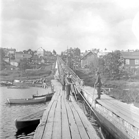 Punainen tukkitie näytti tällaiselta Pyhäjärven rannassa vuonna 1929 otetussa valokuvassa. Tukkiränni ylitti Pispalan valtatien suunnilleen nykyisen Pispalan kirkon kohdalta.