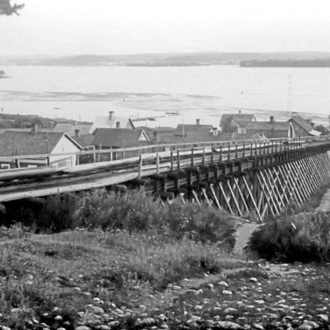 Punainen tukkitie oli 1800–1900-lukujen taitteessa 70 vuoden ajan näyttävä rakennelma Pispalanharjulla. Tukkitie purettiin 1930-luvulla.