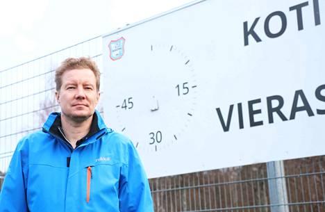 Marko Toivola sai piirin kultaisen ansiomerkin pitkästä ja ansiokkaasta työstä keuruulaisen jalkapallon eteen.