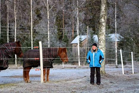 Ratsastuksenohjaaja Sini Koskinen on toiminut yrittäjänä Virkaniemen tallilla elokuusta 2018 lähtien. Virkaniemeä hän kuvailee rennoksi maalaistalliksi. Koskinen haluaa tarjota harrastajille yksilöllisiä tunteja, joilla saa edetä omaan tahtiin. Koskisen vierellä hevoset R.R. Vilke ja R.R. Tuike.