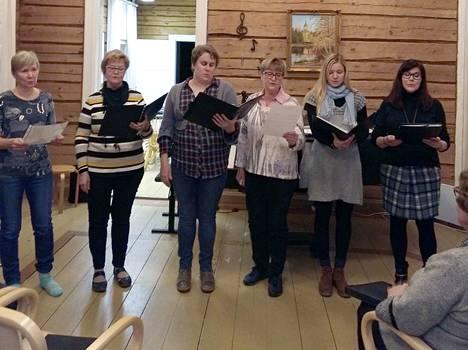 Kajattar-kuoron joulukonsertissa esiintyy vahvistettu trio, johon kuuluvat Pirjo Jokioja (vasemmalla), Annikki Kivinen, Anna Lehtinen, Ulla Tuominen, Madli Jantsikene ja Heli Kivinen.