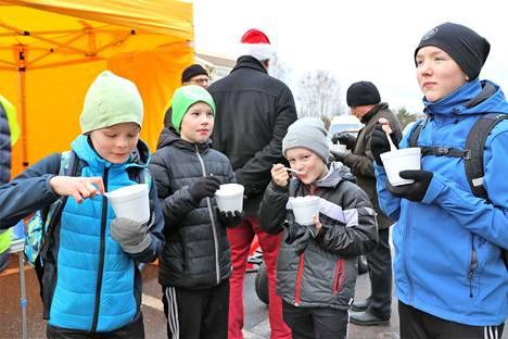– Hyvää, mutta kuumaa, tuumasivat Samuel Ekko, Emil Rahkola, Matias Teinilä ja Esko Falck. Pojat kertoivat käyvänsä leijonien joulupuurolla joka vuosi.