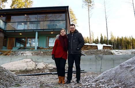 OnniBus.comin toimitusjohtaja Lauri Helke osti mökkitontin Lankajärven rannalta 12 vuotta sitten. Nyt mies remontoi puolisonsa Emmi Öströmin kanssa omakotitaloa mökkitontin vieressä.