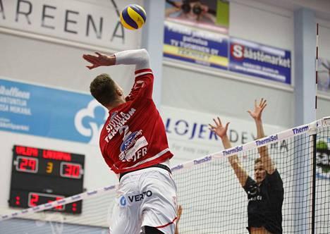 VaLePan Urpo Sivula jatkoi vankkaa hakkuripeliä PerPoa vastaan. Viime kauden pelikaveri Peetu Mäkinen yritti torjua Sivulan pommia.