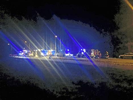 Onnettomuuspaikalla oli useita pelastusajoneuvoja.