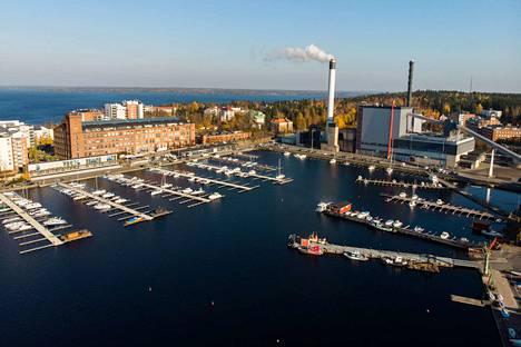 Koko alkuviikko on poutainen Tampereen seudulla ja päivälämpötilat pysyttelevät selvästi pakkasella. Kuva Naistenlahden satamasta lokakuun puolesta välistä.