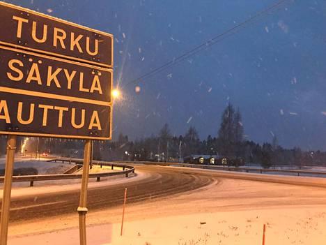 Yöllä satanut lumi on liukastanut tienpintoja Satakunnassa.