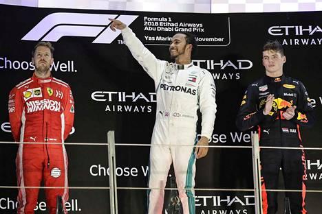 Lewis Hamilton (kesk.) oli F1-kauden valtias. Sebastian Vettel (vas.) teki liikaa omia virheitä. Max Verstappen kehittyi huimasti heikon alkukauden jälkeen.