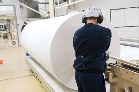 Suomisella on Suomessa yksi tehdas. Nakkilassa valmistetaan kuitukankaita pyyhintä- ja hygieniatuotteisiin sekä terveydenhuollon tuotteisiin.