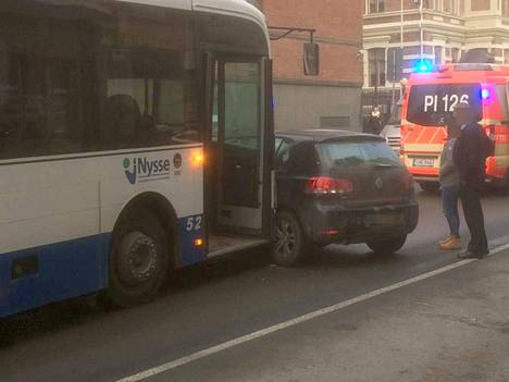 Onnettomuus tapahtui Lapintien ja Kelloportinkadun risteyksessä.