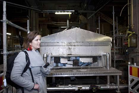 Ensimmäiseksi nollakuitumassa johdetaan biojalostamoon, jossa siitä tehdään arvokkaita teollisuuskemikaaleja. Rambollin projektipäällikkö Noora Lindroos esittelee nollakuidun käsittelymenetelmiä.