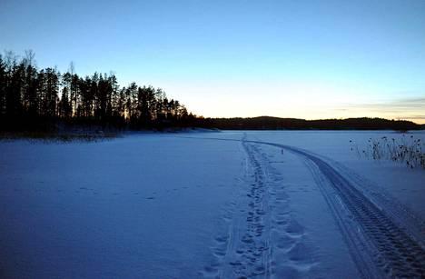 Vesilaki ja maastoliikennelaki vaikuttavat jäällä ajamiseen.
