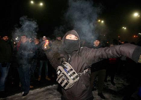 Mielenosoittaja heitti savukranaatin Venäjän lähetystön lähellä Kiovassa sunnuntaina mielenosoituksessa, joka järjestettiin Venäjän vallattua kolme Ukrainan laivaston alusta Mustallamerellä.