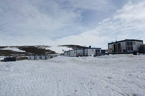 Suomen Etelämanner-tutkimusasema Aboa sijaitsee Kuningatar Maudin maalla noin 130 kilometrin päässä rannikolta, noin 5000 kilometrin päässä Etelä-Afrikan Kapkaupungista.