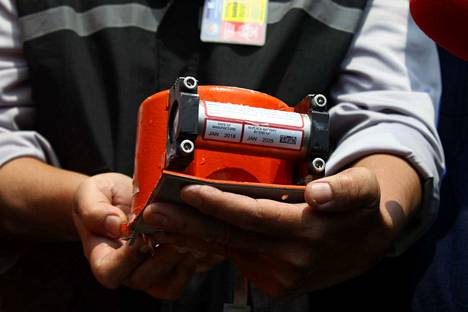 """Matkustajakoneissa on kaksi """"mustaa laatikkoa"""": CVR (cockpit voice recorder) tallentaa ohjaamomiehistön käymät keskustelut ja FDR (flight data recorder) koneen järjestelmien parametreja. Indonesian onnettomuuskoneen FDR-laite löydettiin merestä jo muutamien päivien kuluttua onnettomuudesta."""
